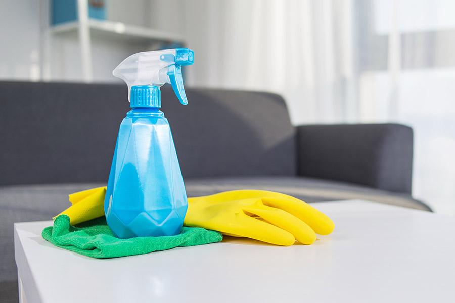 Reinigungskraft in einer Schlosserei
